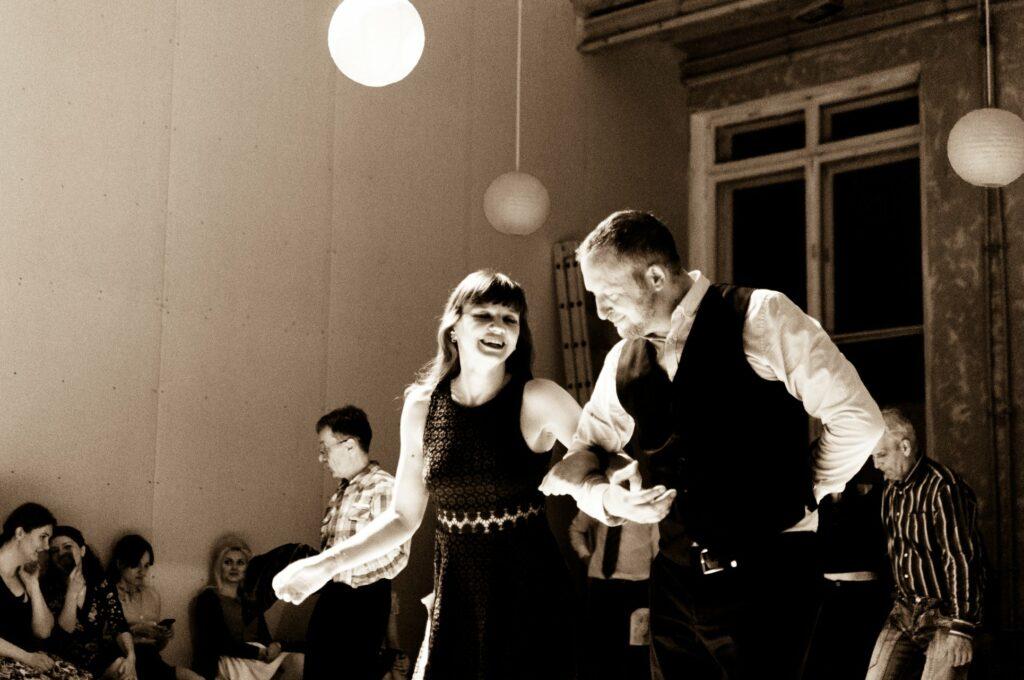 Пара танцює лінді-хоп на вечірці у Дніпрі