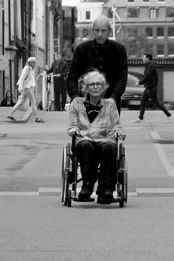 Стрит-фото. Пара пожилых людей. Фотограф Дарья Орлянская.