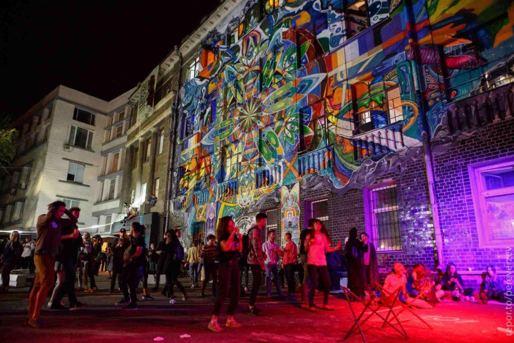 ГогольFest: світлова проекція на стіні будинку
