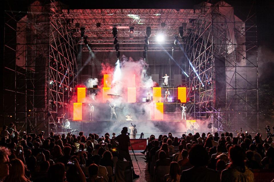 ГогольFest - вуличний виступ на триярусній сцені