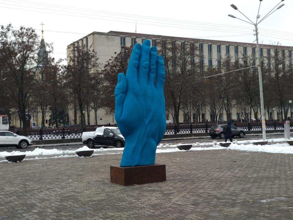 Біля оперного театру встановили скульптуру синьої руки