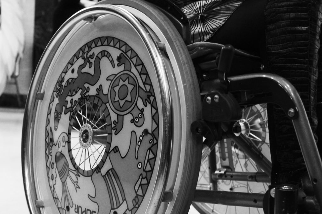Інвалідний візок із дуже красиво розписаним колесом