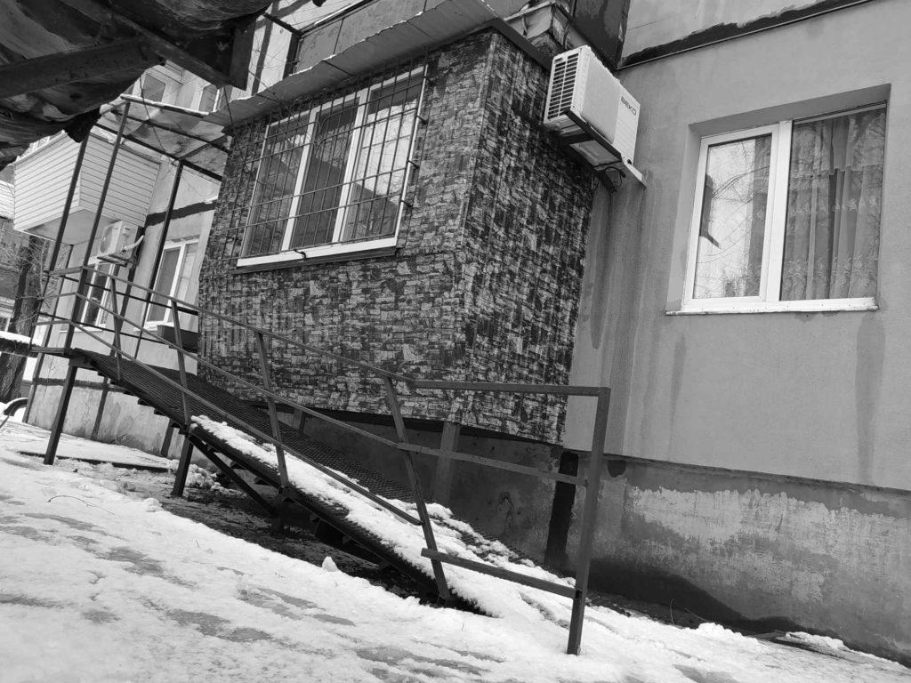 Будинок із пандусом, у якому живуть Андрій та Людмила
