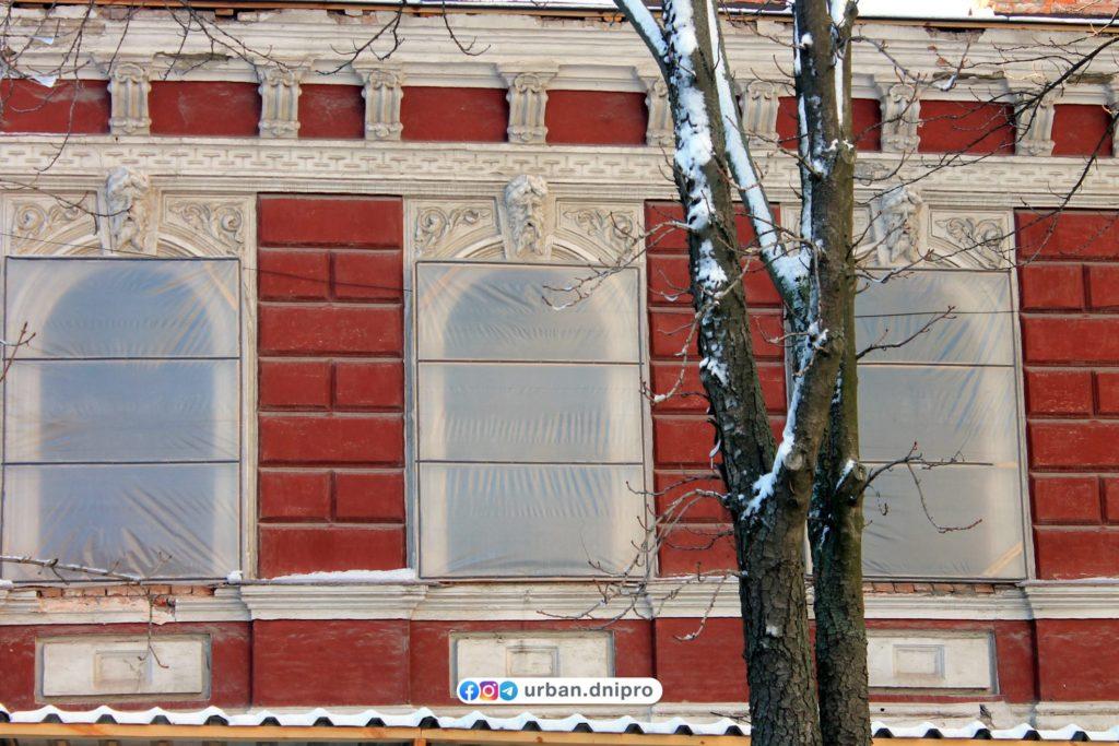 Окна и лепнина, которой украшен Центр современного искусства