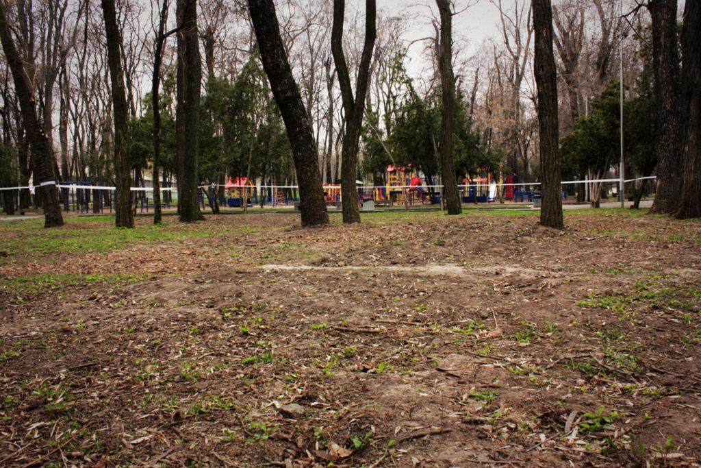 Место в Севастопольском парке, где будут искать могилу Александра Поля, огорожено лентой