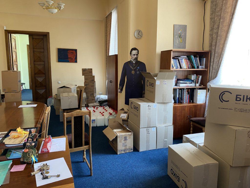 Склад посеред кабінету Юлії Пісчанської