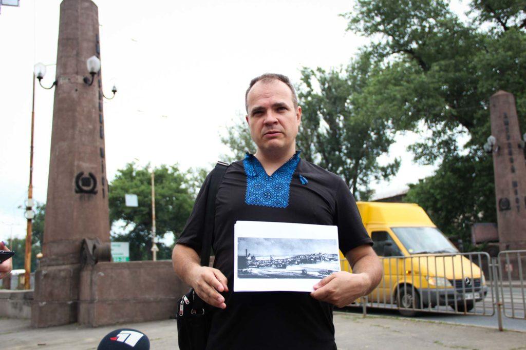 Старий міст у Дніпрі, біля якого стоїть екскурсовод Ігор Кочергін