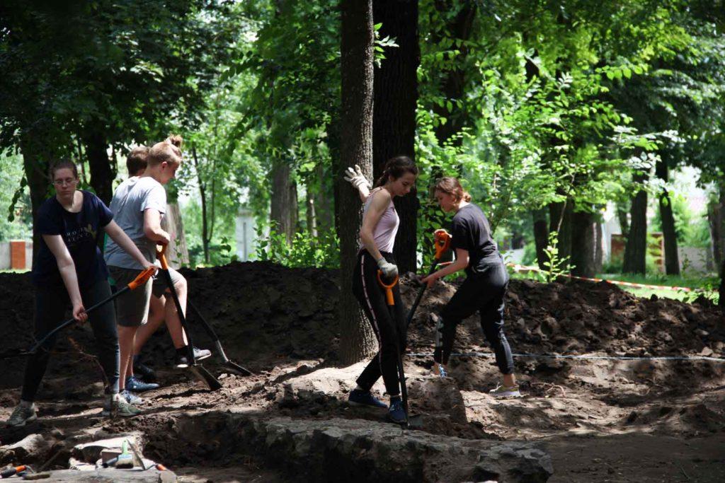 Розкопки в Севастопольському парку у Дніпрі. Шукають могилу Олександра Поля