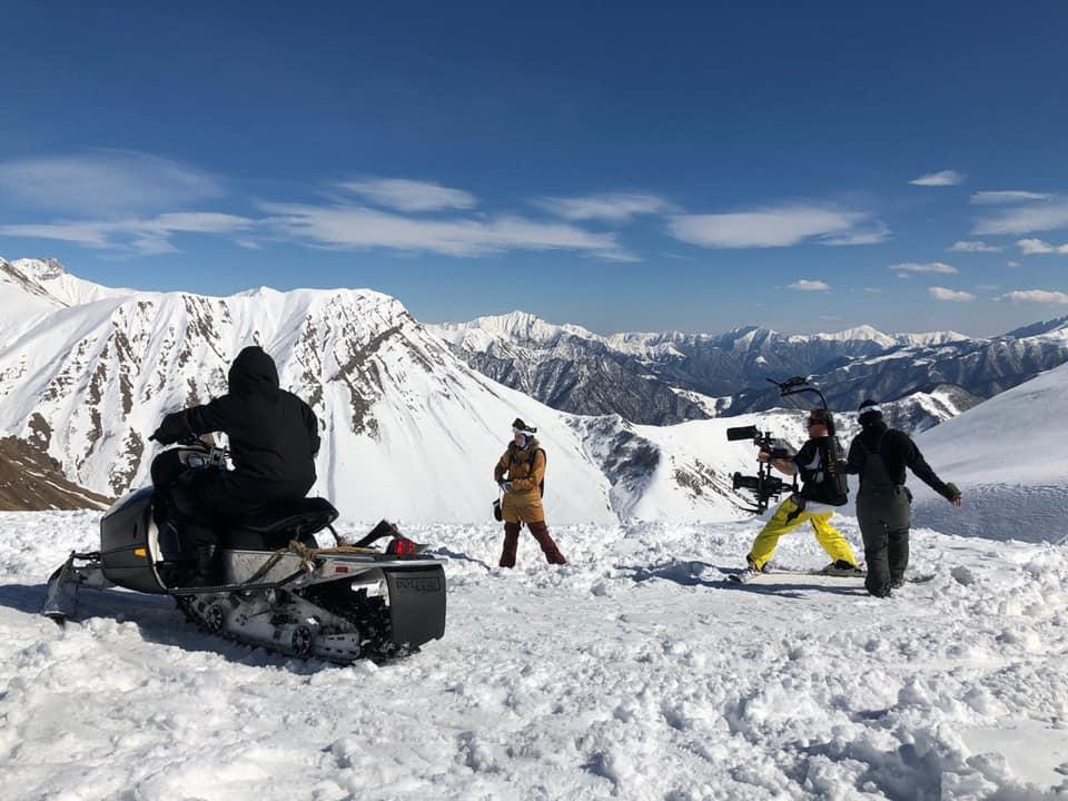 Знімальна група з технікою: фільмують антагоніста на чорному снігоході.