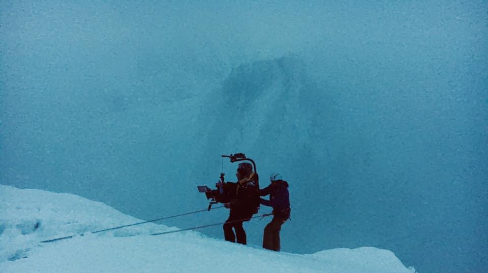 Оператори в горах серед туману.