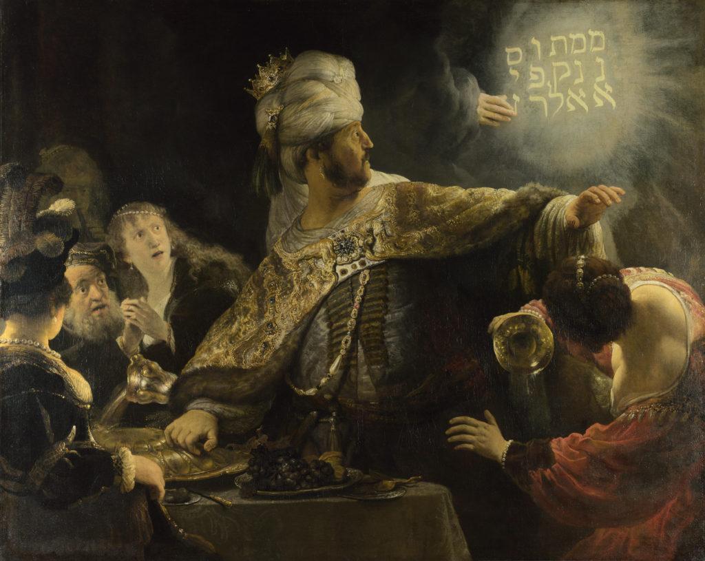 Валтасар в ужасе смотрит на висящую в воздухе надпись на иврите.