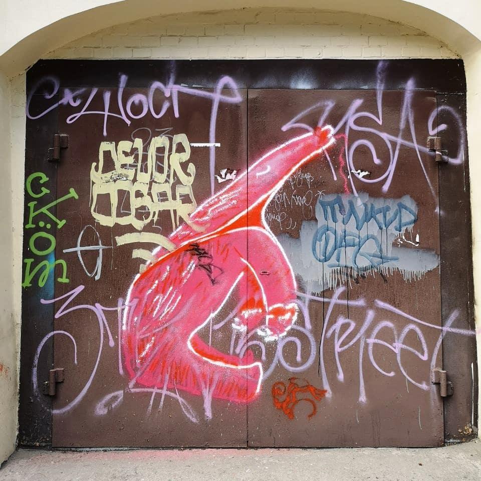 Муравьед на воротах. Стрит-арт в Днепре