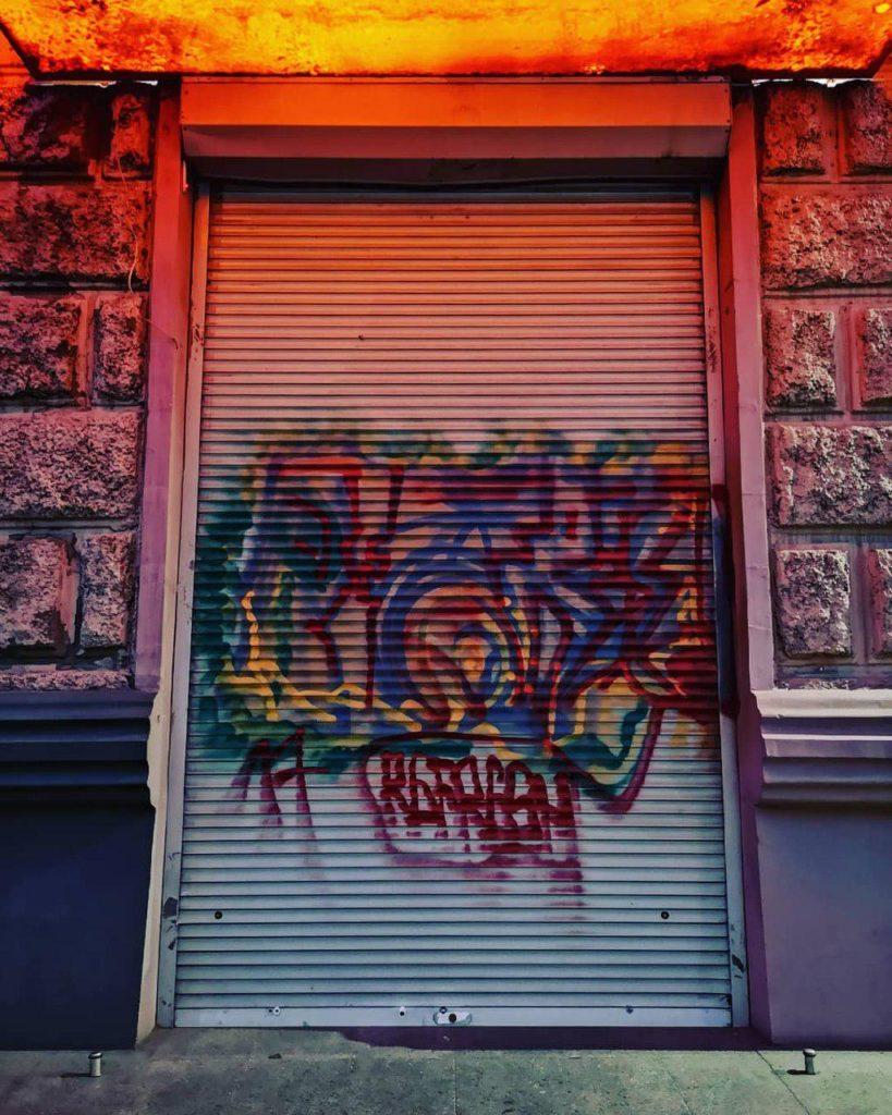 Цветное граффити на ролете