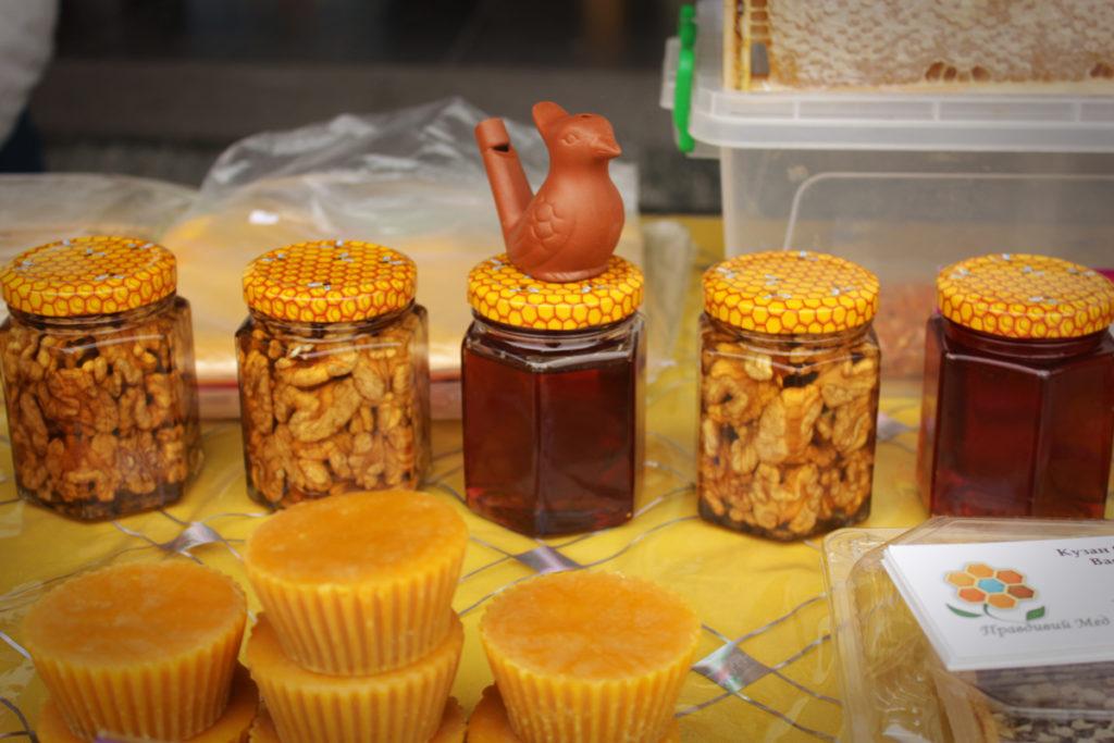 Крім одягу й вина, тут продавали мед.