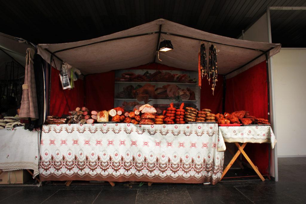 Почему в оперном театре опять продают шубы, мёд и колбасу? - 9 зображення