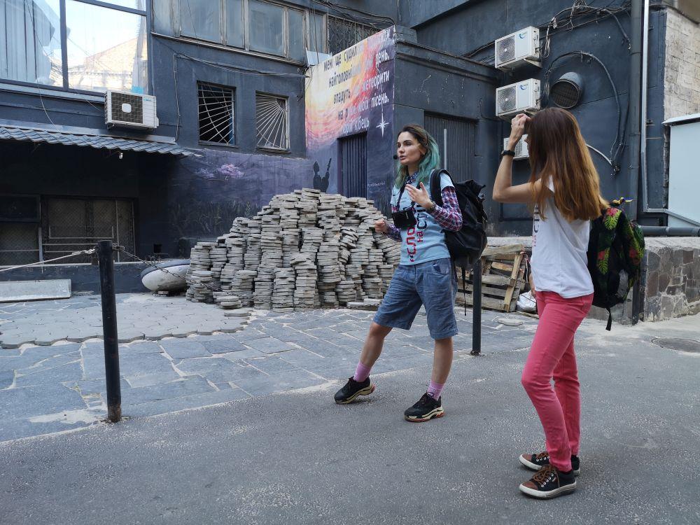 """Настя Теплякова з проекту """"Слово на стіні"""" проводить екскурсію роботами проекту"""