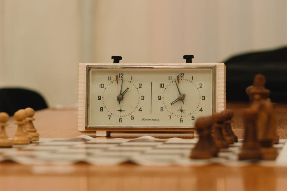 Такі механічні годинники допомагають шахістам у дніпровському клубі контролювати час гри.