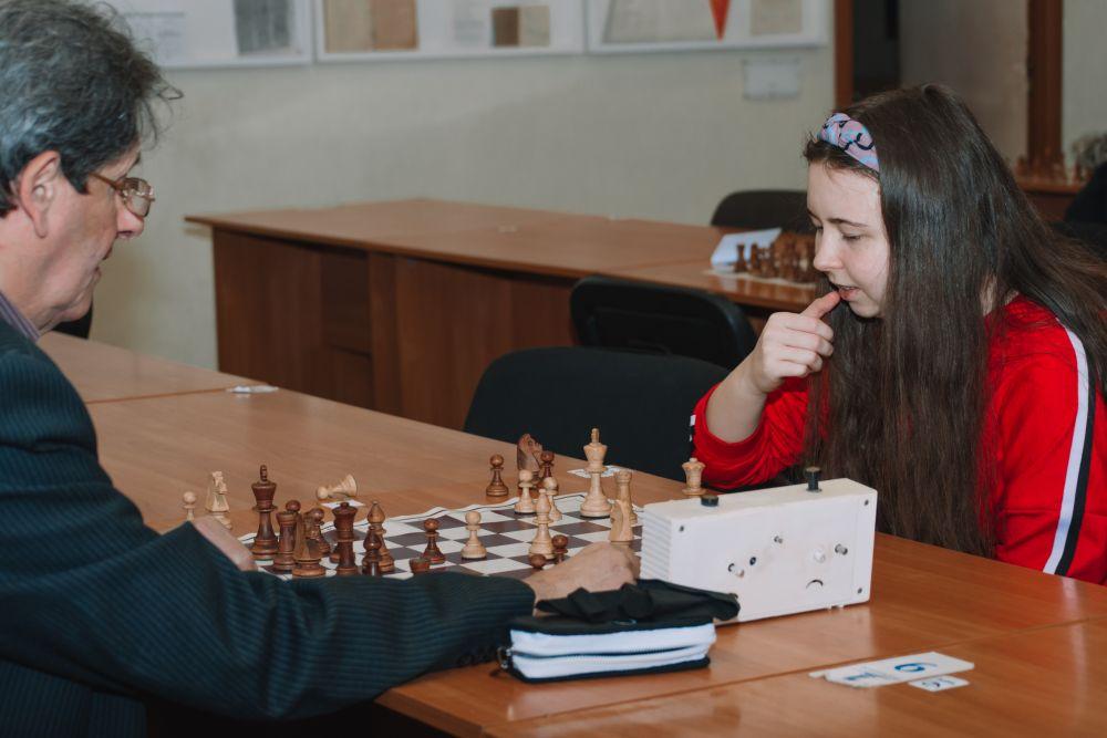 Ліза грає зі своїм тренером Євгеном Черновим.
