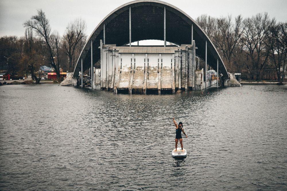 На озері в парку Глоби дніпряни каталися на сапах - 1 зображення