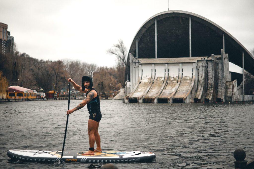 На озері в парку Глоби дніпряни каталися на сапах - 3 зображення