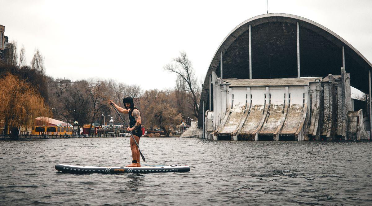 На озері в парку Глоби дніпряни каталися на сапах