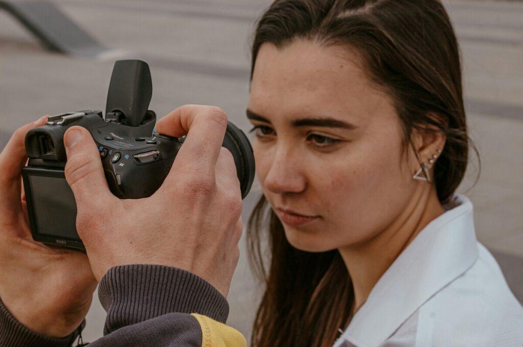 Женя Волокита фотографує очі своєї моделі.