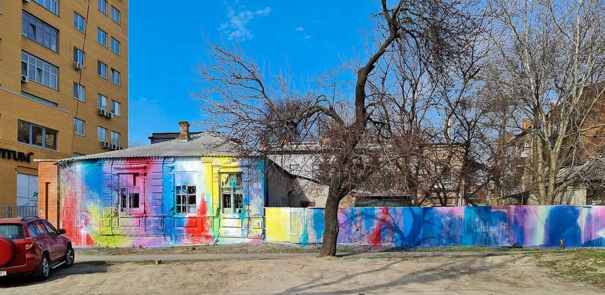 На Гусенко художники в знак протеста раскрасили дом