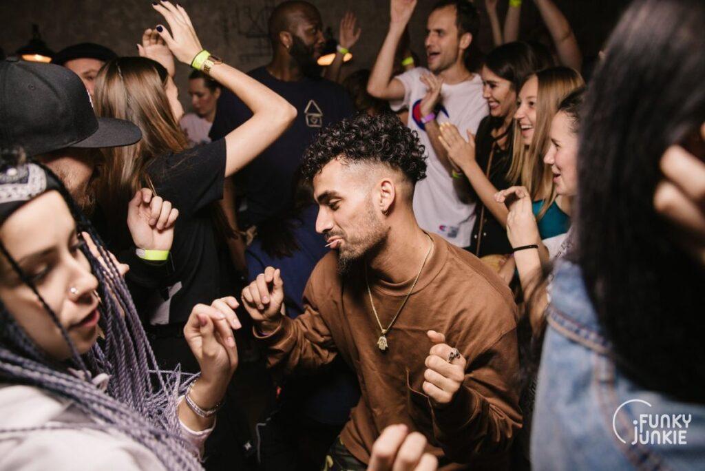 Посетители Funky Junkie танцуют