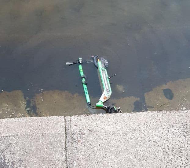 Орендований електросамокат втопили у Дніпрі.
