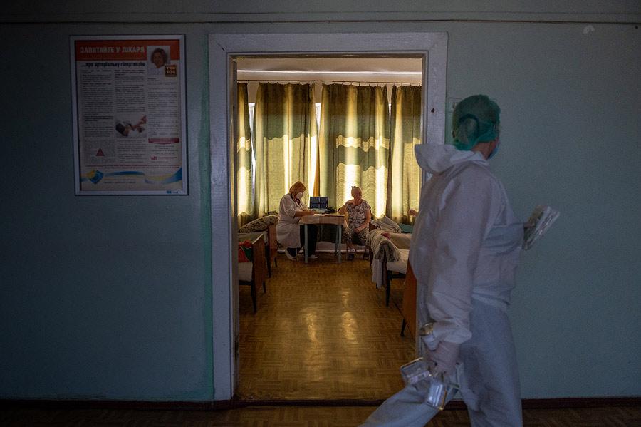 Грати в шахи, не бачачи шахів: репортаж і фільм про коронавірус у Дніпрі - 5 зображення