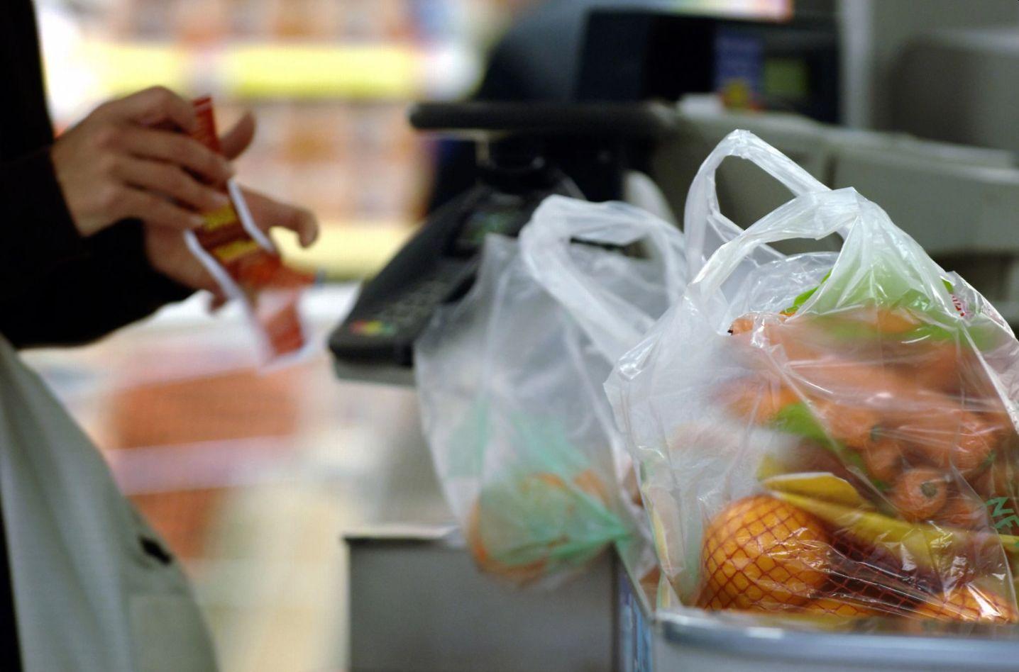 """Верховна Рада заборонила фальшиві """"біорозкладні"""" і тонкі пластикові пакети"""
