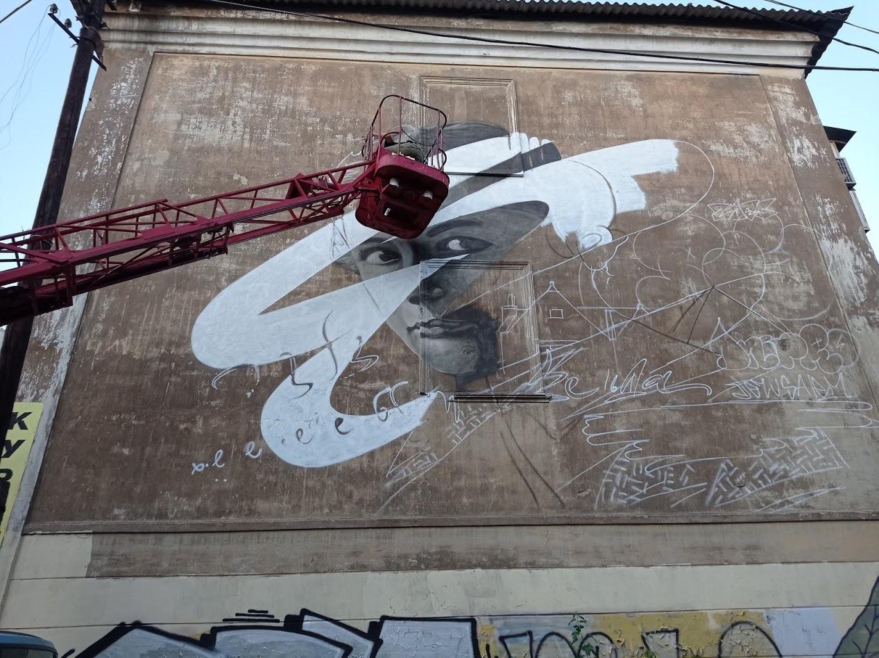 На стене дома на Баррикадной Zdesroy создаёт мурал