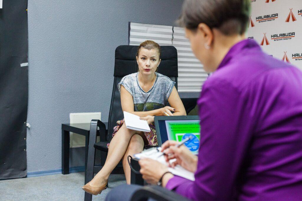 Членкиня команди Платформи ТЮ сидить в офісі на кріслі