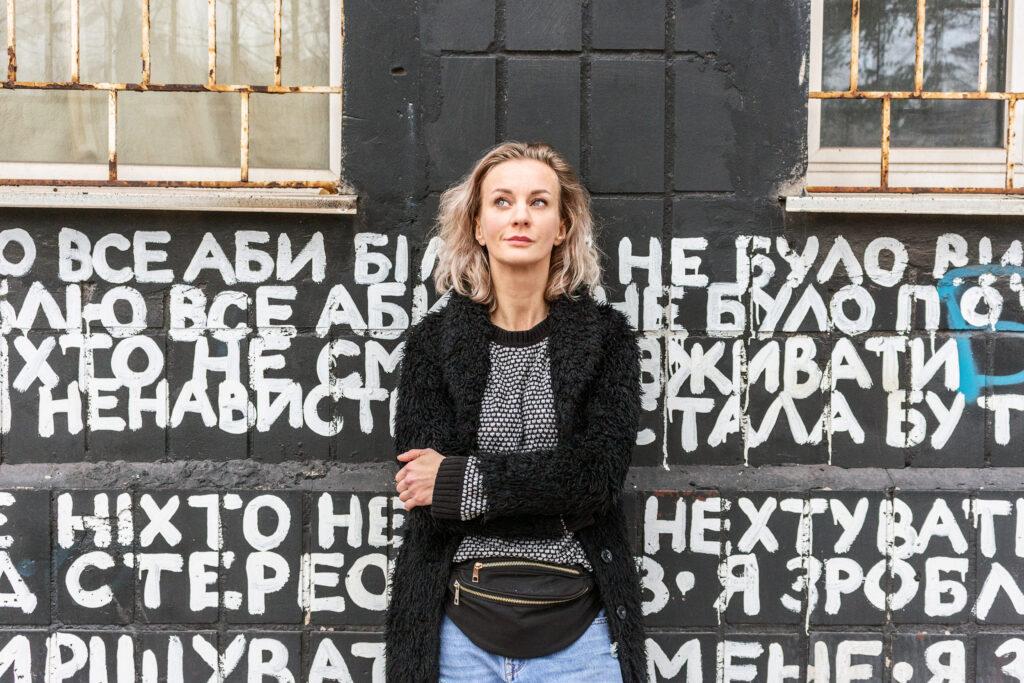 На фото засновниця Платформи ТЮ Діана Берг на фоні стіни