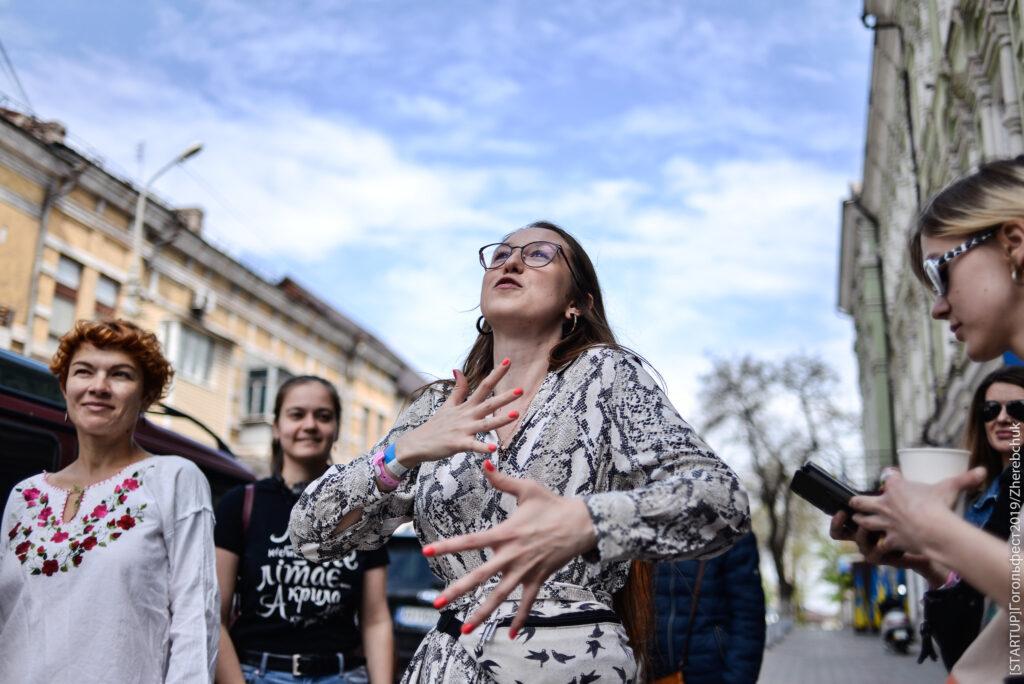 Дівчина на вулиці. Кураторка освітньої програми «Гімназія» фестивалю Dream ГОГОЛЬFEST